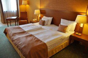 "<img src=""Oberlin hotel guest room.jpg"" alt=""Oberlin hotel guest room"">"