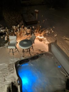 "alt:""hot tub in snow"""